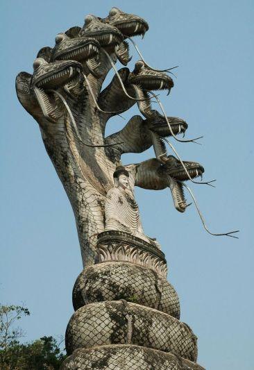Tượng Phật ngồi thiền và bảy con rắn phía sau lưng